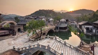 夕日を映す水鎮